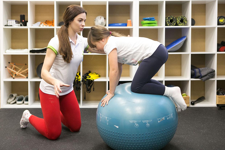 Plecy okrągłe u dziecka. Czy da się je skorygować ćwiczeniami?