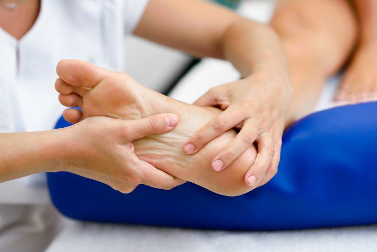 Ostroga piętowa, czyli zapalenie rozcięgna podeszwowego. Jak je leczyć?